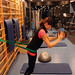 Cvik č. 10: Odhody medicinbalu (4–8kg) Provedení cviku: Výchozí pozice je mírný stoj rozkročný smedicinbalem nad hlavou. Zpevníme břicho asmírným náklonem vpřed za současného pohybu, jako když provádíme leh sed ve stoji, odhazujeme medicinbal ozem. Kolena pracují podobně jako při soupaži., foto: Jakub Opočenský