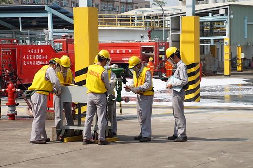 圖05.工程人員針對漏油設備進行設備維修作業