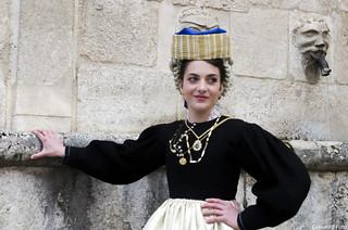 donna in abito antico   a scanno abruzzo
