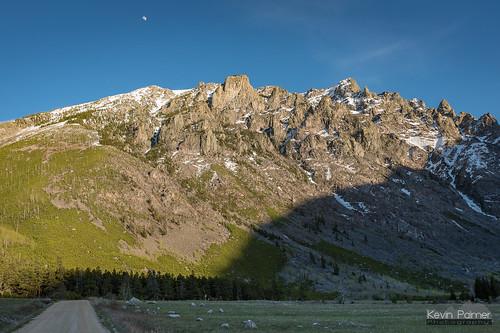 beartoothmountains montana valley spring may nikond750 evening sunset dusk dirt road unpaved sunlight sunny custernationalforest snowcapped tamron2470mmf28 moon green grass alpine sylvanpeak