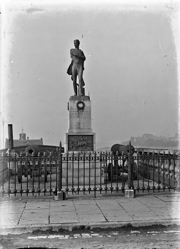 eason easonson easoncollection easonphotographiccollection glassnegative 20thcentury nationallibraryofireland viscountfitzgibbon statue sarsfieldsbridge limerickcity ireland shannonrowingclub limerickboatclub crimeanwar cannon balaclava fitzgibbon chargeofthelightbrigade crimea memorial monument wellesleybridge fitzgibbonstatue