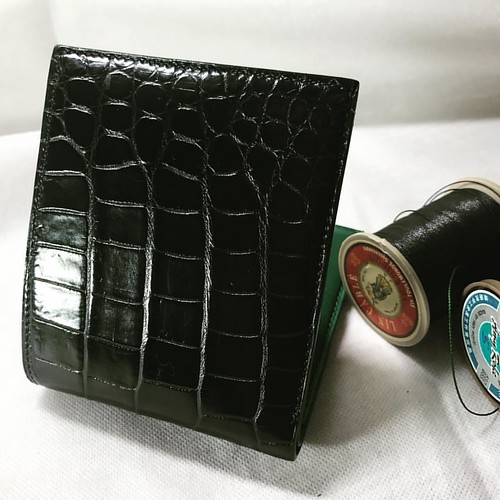 Black crocodile and green Alran chèvre bifold. #leather #leathercraft #leatherwallet #leatherwork #saddlestitch #leatherlove #leathergoods #alran #chevre #wallet #bespoke #luxury #filauchinois #vergezblanchard #instagood #instagram #handcrafted | by joesu88
