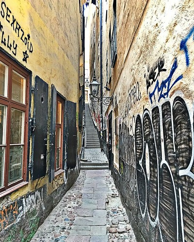 I ended up passing it a couple times while looking for it, but finally found the narrowest street in Stockholm. | by Music Sumo