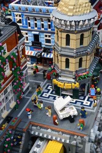 Lego pianist in the city