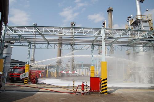 圖02.水箱泡沫車與現場強力水柱針對火點進行滅火搶救