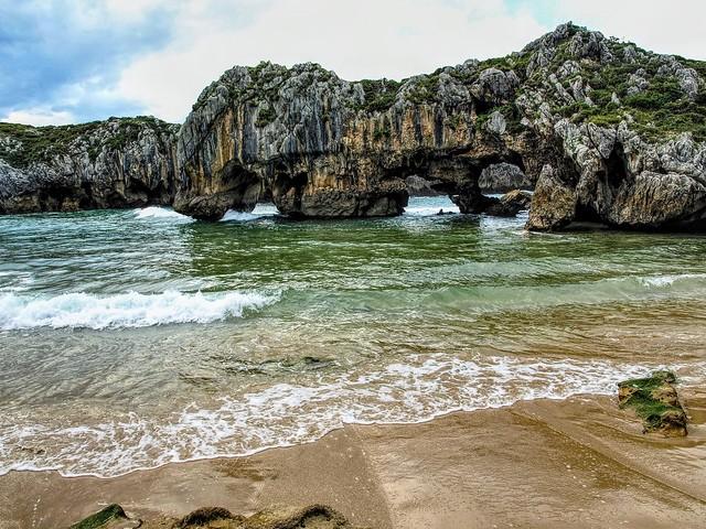 Playa de Cuevas del Mar. Oriente de Asturias.