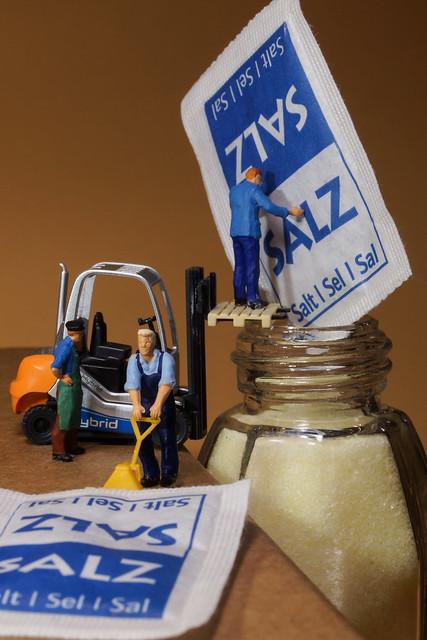 Der Salzstreuer wird befüllt - The salt spreader is filled