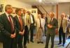 Werner Gilde präsentiert den hohen Gästen die Fotos von 2 Ausstellungen über das alte Billed, die bei den letzten Billeder Heimattagen gezeigt wurden. Die geplante Heimatausstellung ist noch in Vorbereitung und wird erst zur 250 Jahresfeier eröffnet.