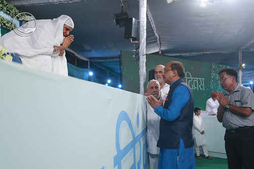 Vijay Goyal, Minister of Youth Affairs and Sports, seeking blessings