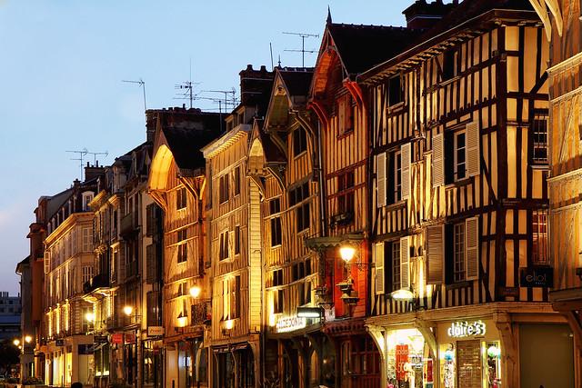 Rue Emile Zola à Troyes en nocturne
