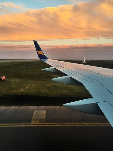 icelandair keflavik sunrise landing airplane plane honeymoon iceland