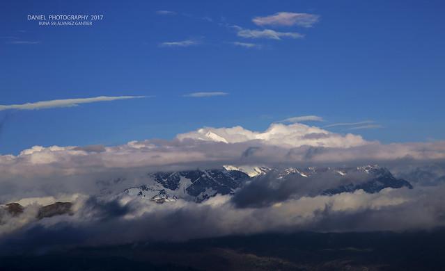 Illimani entre nubes de colores