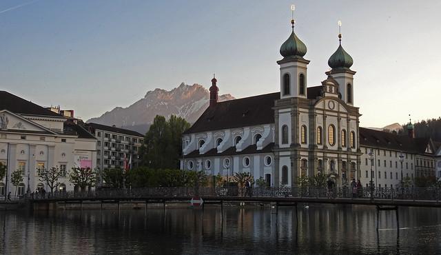 Jesuitenkirche mit Pilatus im Hintergrund