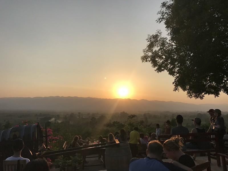 Hinh 12_Ngồi chờ mặt trời lặn ở Red mountain
