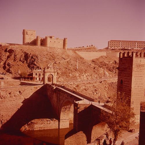 Castillo de San Servando y Puente de Alcántara en los años 50. Fotografía de Nicolás Muller  © Archivo Regional de la Comunidad de Madrid, fondo fotográfico
