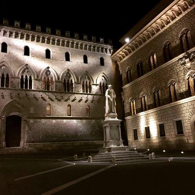Amazing pic of #siena by night 😍 #like #follow #borghetto #tuscany #italy #enjoy #world #travel #discover #city 👍