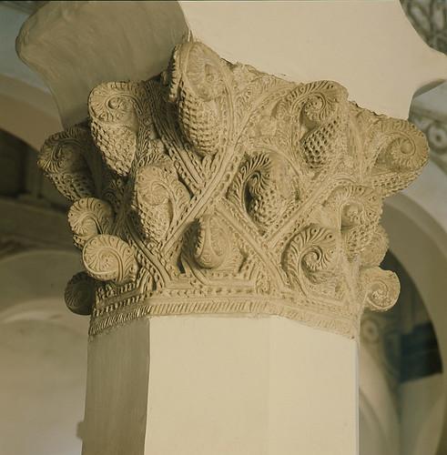 Capitel de Santa María la Blanca (sinagoga) en los años 50. Fotografía de Nicolás Muller  © Archivo Regional de la Comunidad de Madrid, fondo fotográfico