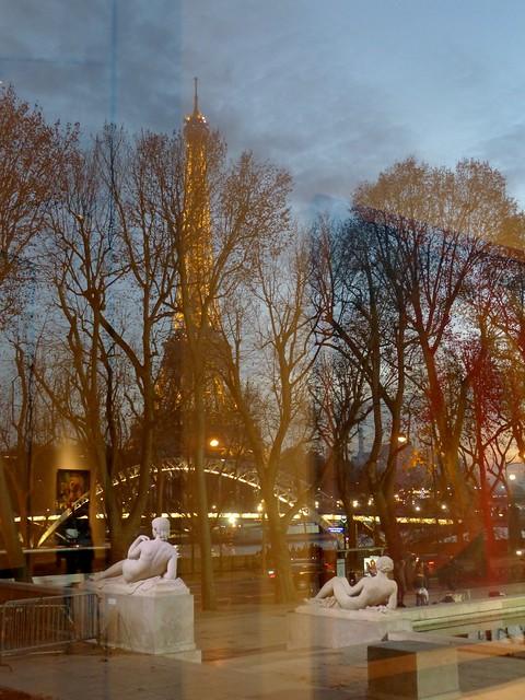 Paris, un soir de décembre.