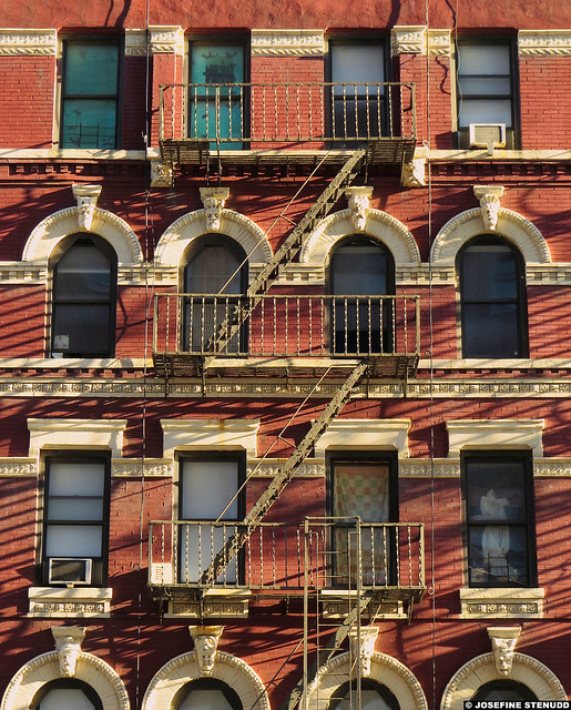 20161225_01 Red house with fire escape | Chelsea, New York City, USA