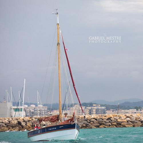 Hissant veles a la bocana del port: Iolante