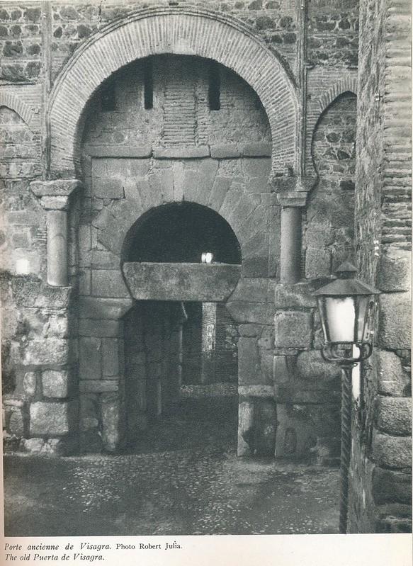 Puerta Vieja de Bisagra a mediados del siglo XX. Foto de Robert Julia.