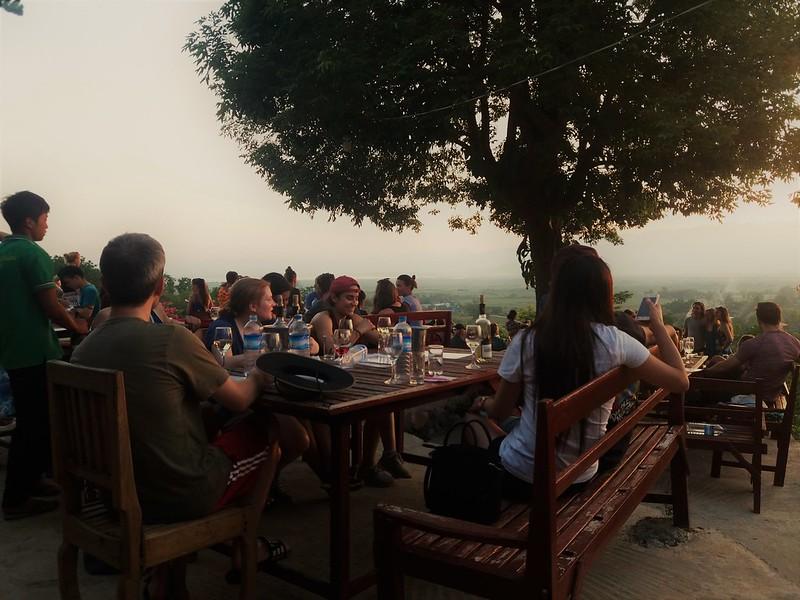 Hinh 13_Một nhóm bạn cùng uống rượu vang và trò chuyện ở Red Mountain