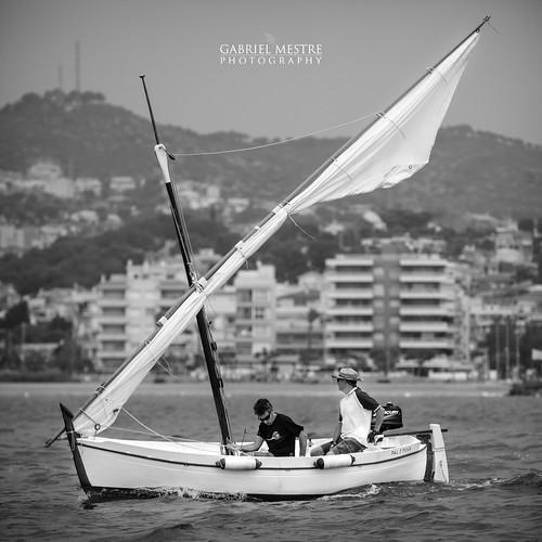 Hissant veles a la bocana del port: la Pal i Fusa