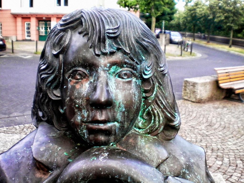 Tränen in Türkis | Momo-Skulptur am Michael-Ende-Platz im Zo