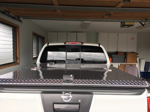 aluminum tonneaucover truckbedcover diamondback diamondplate polished pickuptruck whitetruck closed noaccessories garage nissan frontier nf05tk se c rearview 0015000001ma7j0aaj
