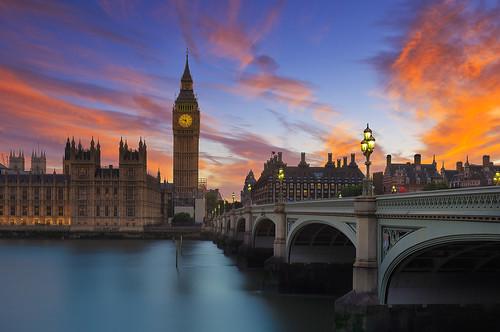 bigben london westminster bridge thames river sunset dawn red clouds blue parliament sight outdoor city cityscape urban travel summer sonnenuntergang brücke themse rot abend abendstimmung stadt wahrzeichen