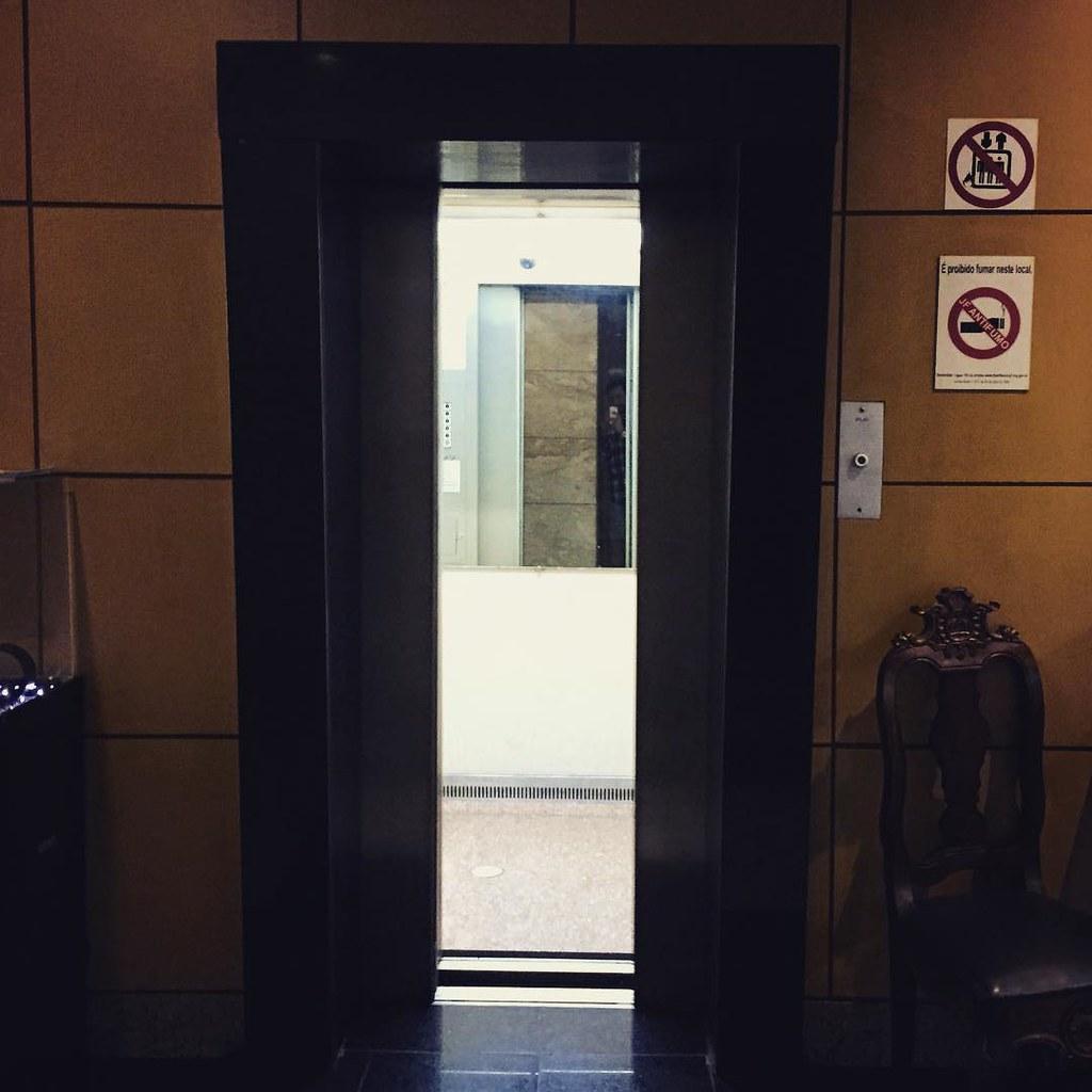 Vintage Atlas-Schindler Elevator - Um nostálgico Elevador