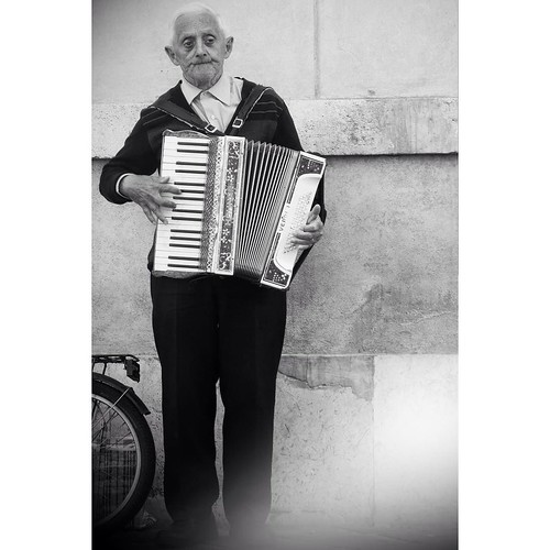 FMS Photo A Day May 20 - Music #fmspad #fmsphotoaday #fms_music #rome #roma #italy #ladinitaly2017 #catchingup #betterlatethannever #accordion #accordionplayer | by Laurel Storey, CZT