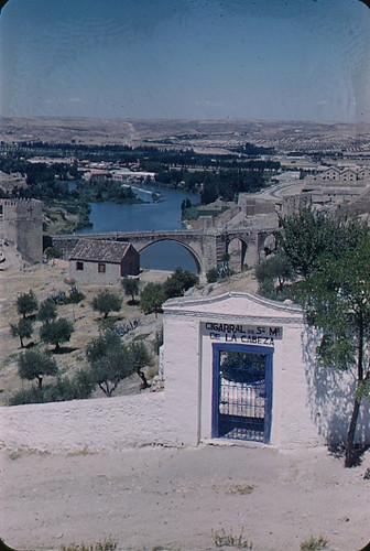 Puente de San Martín visto desde el Cigarral de la Cabeza, años 50. Fotografía de Nicolás Muller  © Archivo Regional de la Comunidad de Madrid, fondo fotográfico