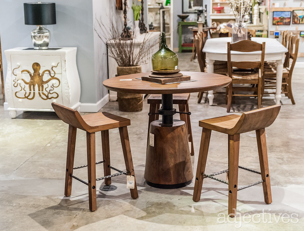 Swivel top table with wooden stools in Altamonte