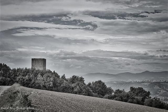 Dominant  la Vallée du Rhône, la Tour d'Albon & au-loin l'Ardèche...
