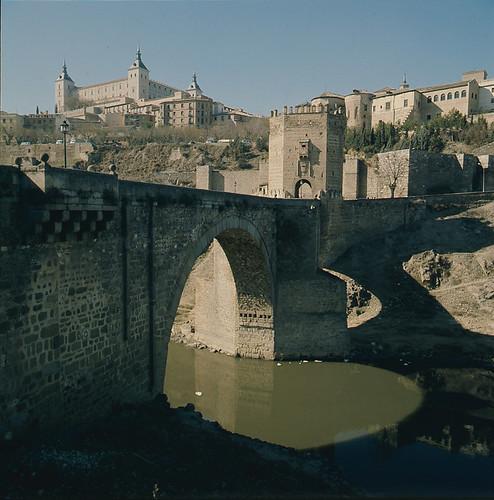 Puente de Alcántara en los años 70. Fotografía de Nicolás Muller  © Archivo Regional de la Comunidad de Madrid, fondo fotográfico