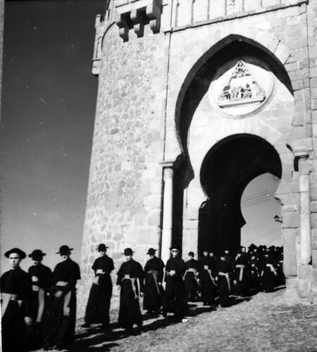 Seminaristas bajo la Puerta del Sol de Toledo en los años 50. Fotografía de Nicolás Muller  © Archivo Regional de la Comunidad de Madrid, fondo fotográfico