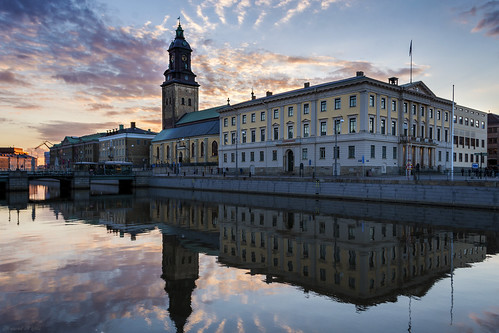 gothenburg canal göteborg city cityview dusk sunset goldenhour reflection cityhall clouds church purple blue sky cityscape landscape mirroring architecture building svergie sweden night view boat