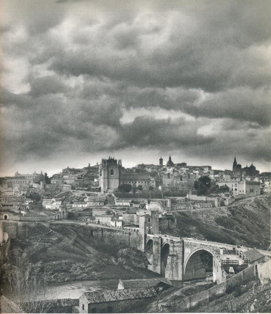 Vista de Toledo desde el oeste con el Puente de San Martín a mediados del siglo XX. Fotografía de Robert Julia.
