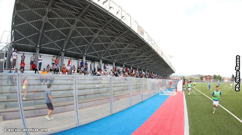 Spettatori sulla tribuna del campo 3 a Torre del Grifo