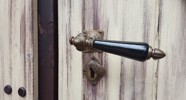 - doorhandle with ornament -
