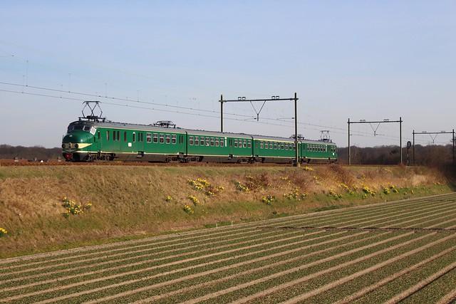 2017-03-26; 017. Mat '54 766 als boottrein 28233. Nieuweweg, Hillegom.