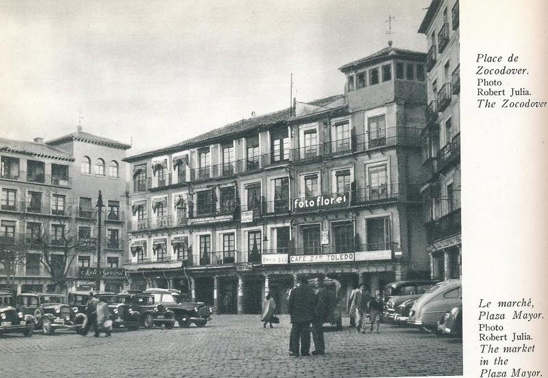 Coches en la Plaza de Zocodover. Libro de Víctor Crastre. Foto de Robert Julia