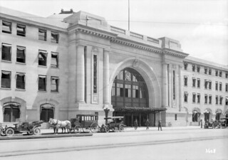 Entrance of Grand Trunk Pacific and Canadian National Station in Winnipeg / Entrée de la gare de la Grand Trunk Pacific Railway Company et du Canadien National, à Winnipeg