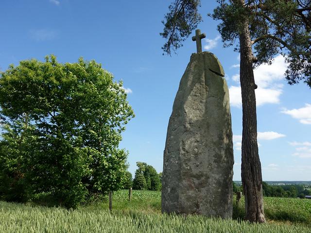 Le menhir christianisé dit la « Pierre Longue de Saint-Jouan » près de Cugnen - Ille-et-Vilaine - Juin 2017 - 10