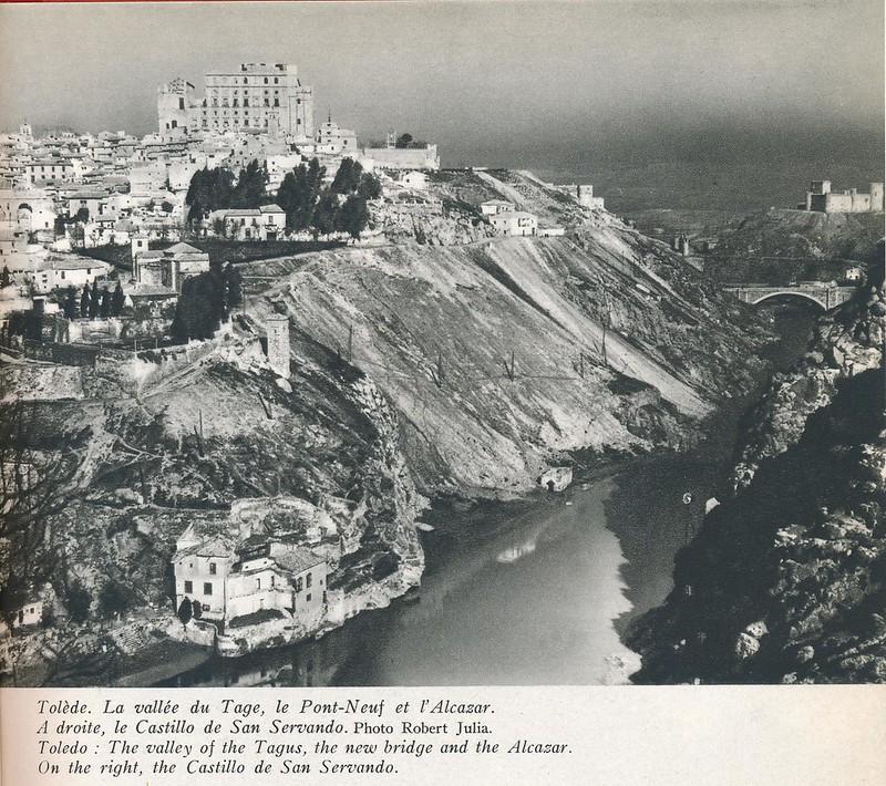 Vista general de Toledo a mediados del siglo XX. Se ve la casa del Diamantista y el Alcázar en reconstrucción. Foto de Robert Julia.