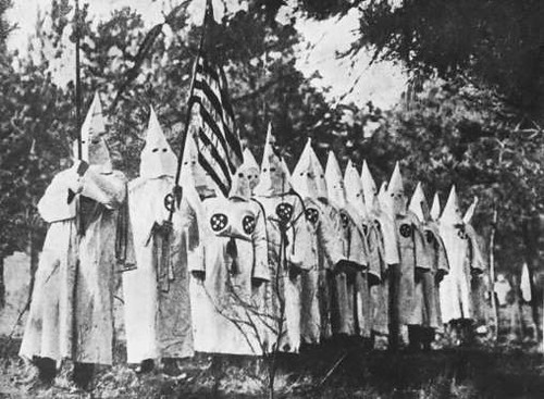 KU KLUX KLAN Miembros del movimiento que defendía la supremacía blanca en 1930.