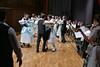 Blick hinter den Kulissen auf die Billeder Heiderose mit ihrem Tanzprogramm, rechts im Bild Heidi Müller, die den Programmablauf moderiert