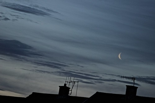 astronomy astrophotography moon moonwatch waning crescent planet venus conjunction clouds rooftop sunrise wanderingstar canon 600d bromsgrove worcestershire uk