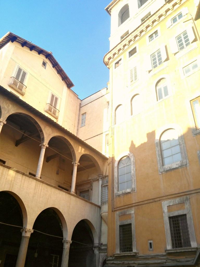 Ghetto di Roma. Cortile tra via dei Funari e Piazza Mattei, detta Piazza delle tartarughe, per via dell'omonima fontana